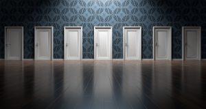 viele weiße Türen