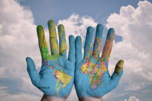 Weltkarte auf Händen
